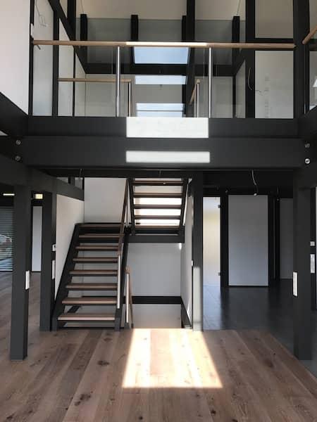 Ein schönes Treppenhaus mit zwei Treppen