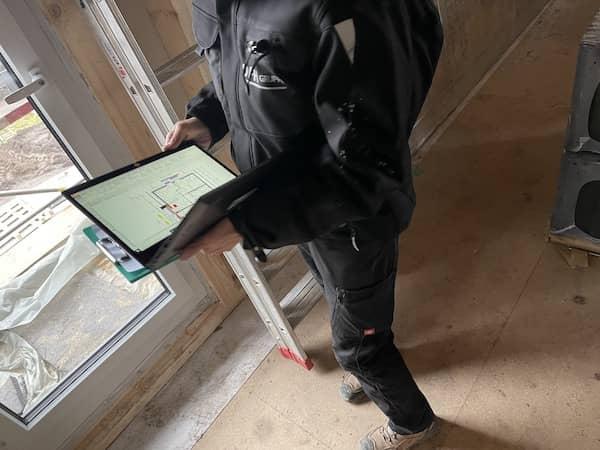 Mann mit Tablet auf der Baustelle