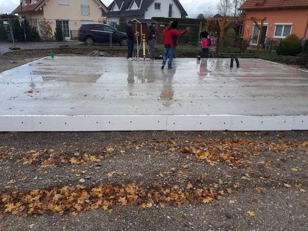 Eine Bodenplatte auf der Menschen stehen