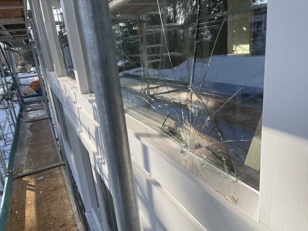 Ein zersprungenes Fenster