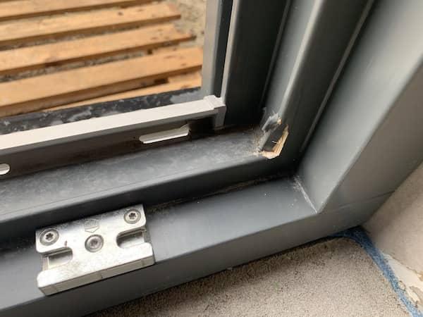 Ein Fenster mit einem Schaden