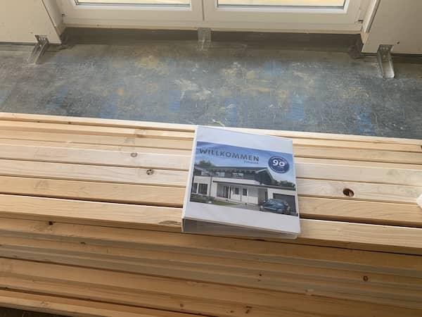 Ein Katalog von Nordhaus auf einer Baustelle
